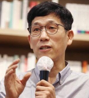 """진중권 """"민주당 '언론개혁뽕' 비정상적""""…'좋아요' 누른 금태섭"""